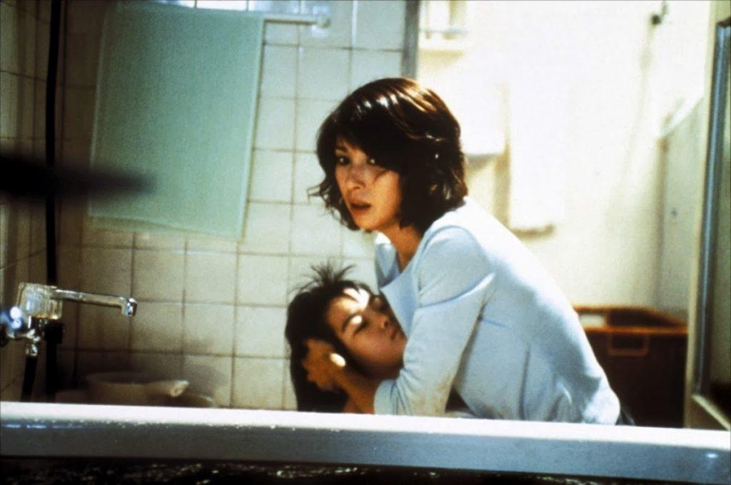 Кадр из фильма «Темные воды» (реж. Хидео Наката, 2002)