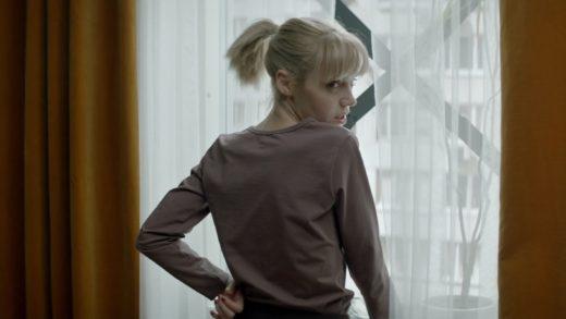 Люди обороняют себя и квартиру в трейлере зомби-фильма «Зоопарк»
