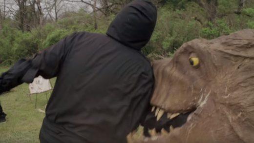 Священник превращается в динозавра и обратно в трейлере грайндхауса «ВелоциПастор»