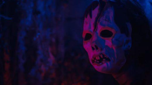 «Они» жестокие и в масках. Опубликован трейлер нового хоррора сценаристов «Тихого места»